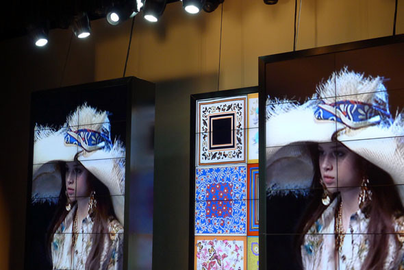 Во время показа D&G все происходящее на подиуме проецировалось на экраны. Изображение № 19.