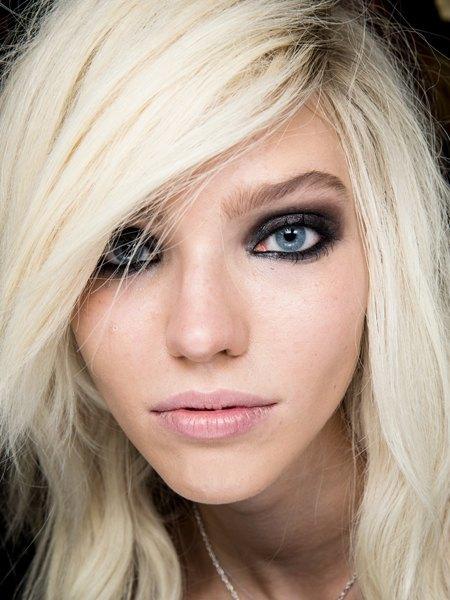 Стрелки, пирсинг, блестки: Самые модные макияжи года. Изображение № 8.