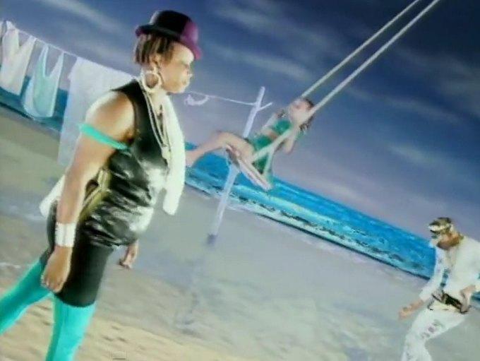 Что можно узнать о стиле  из клипа Нене Черри  «Manchild». Изображение № 6.