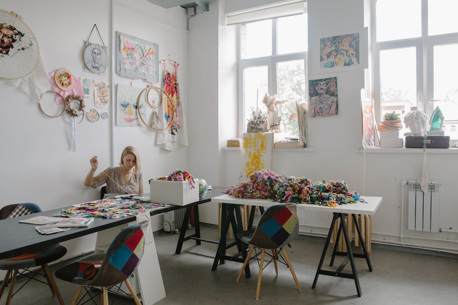 Художница Лиза Смирнова у себя в мастерской. Изображение № 1.