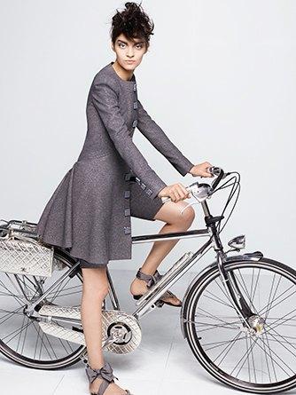 На показе Chanel Haute Couture были шлепанцы  и беременная модель. Изображение № 5.