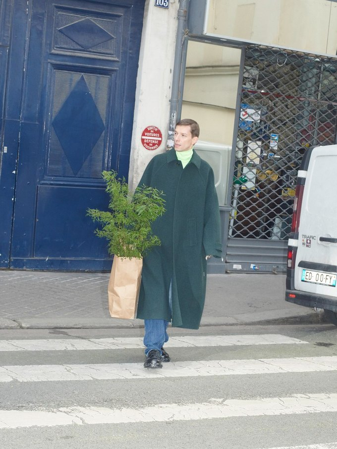 В новом лукбуке Balenciaga снялись обычные парижане. Изображение № 5.