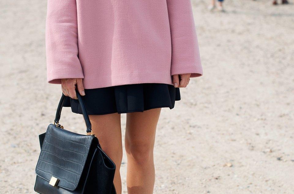 С объемным свитером навыпуск стоит сочетать мини-юбку, в другой рискуешь выглядеть слишком громоздко . Изображение № 9.