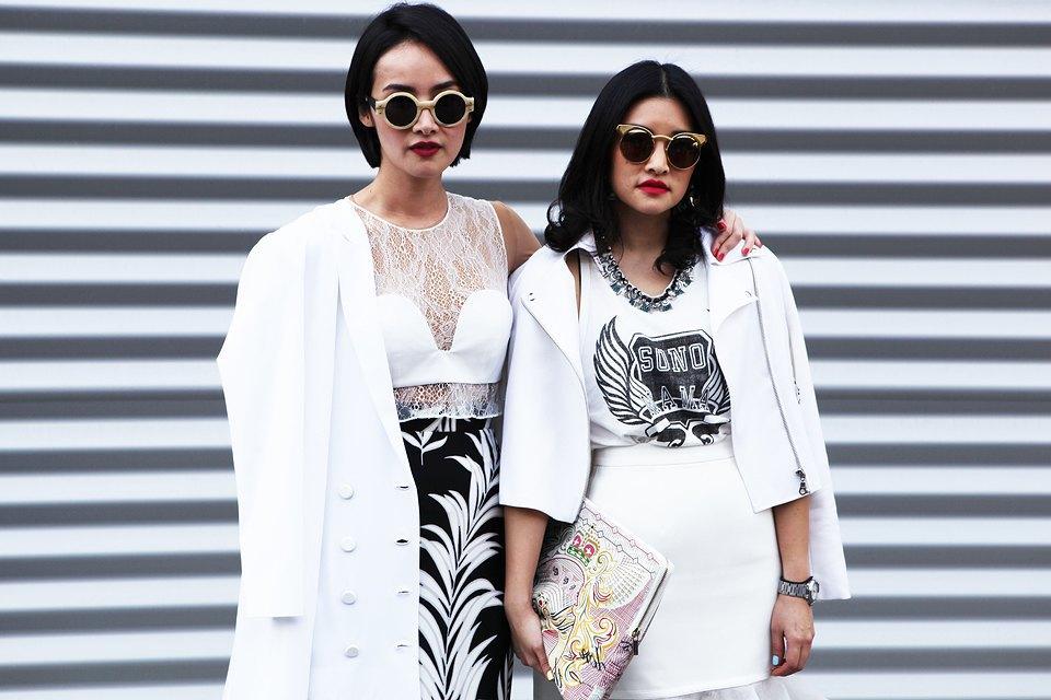 Кимоно, перья и сэтчелы на гостях показов Paris Fashion Week. Изображение № 1.