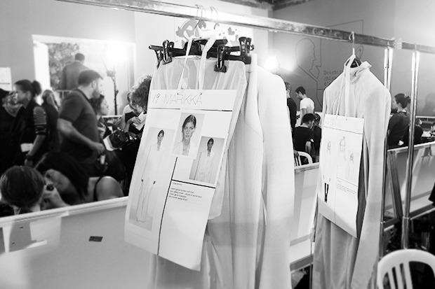 Бэкстейдж Gareth Pugh: Алые платья и «заплаканные» модели. Изображение № 15.